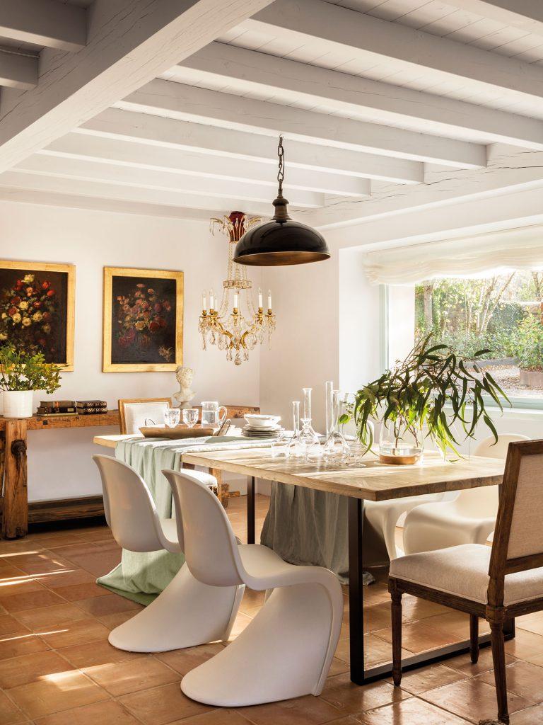 comedor con sillas de diseno y decoracion clasica 1696f756 768x1024 - 5 regles del disseny d'interior que MAI pots trencar