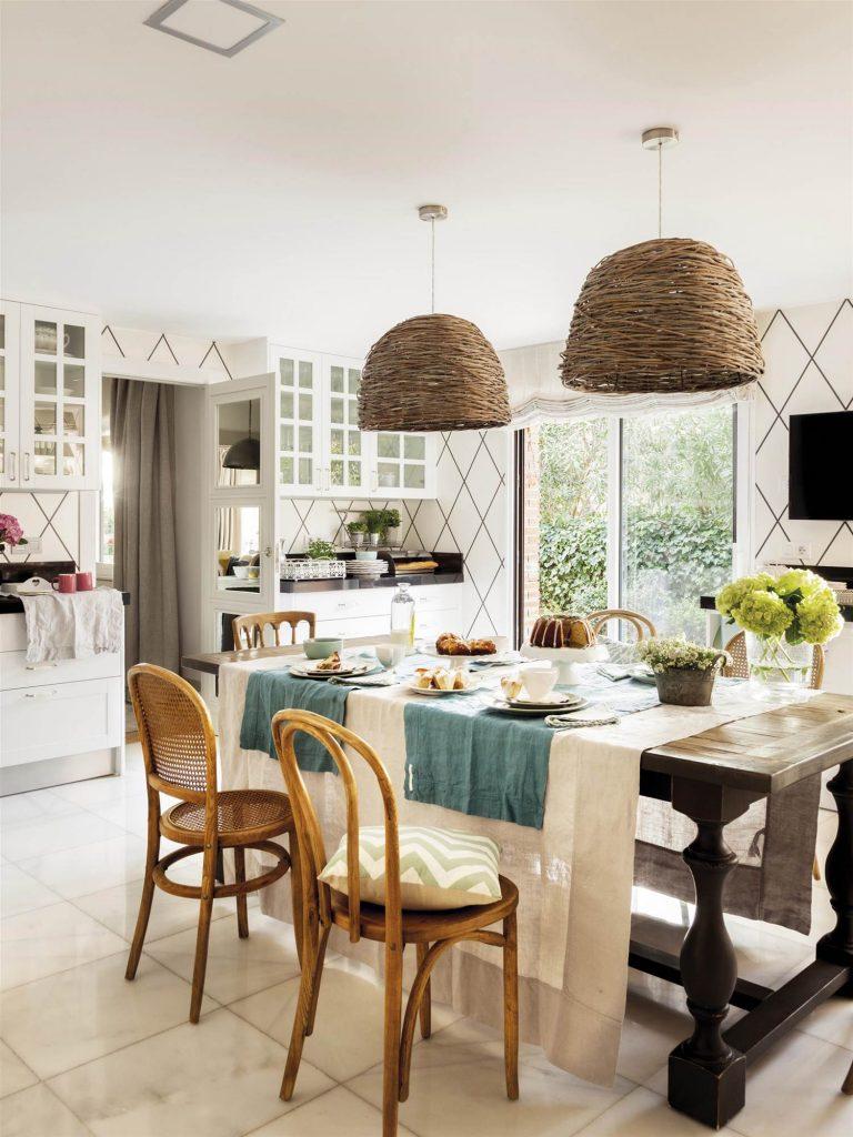 mesa de madera en la cocina con sillas thonet y lamparas de mimbre c30963f7 1500x2000 768x1024 - 5 regles del disseny d'interior que MAI pots trencar